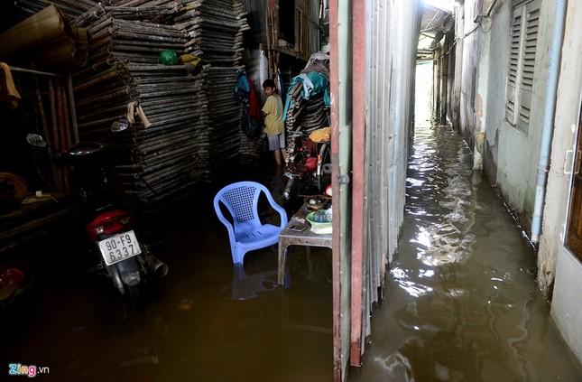 Sống chung với nước ngập cả ngày ở Sài Gòn - ảnh 12