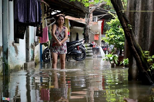 Sống chung với nước ngập cả ngày ở Sài Gòn - ảnh 13