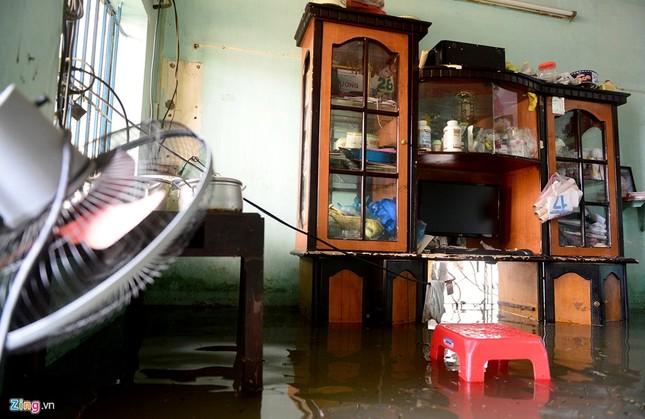 Sống chung với nước ngập cả ngày ở Sài Gòn - ảnh 2
