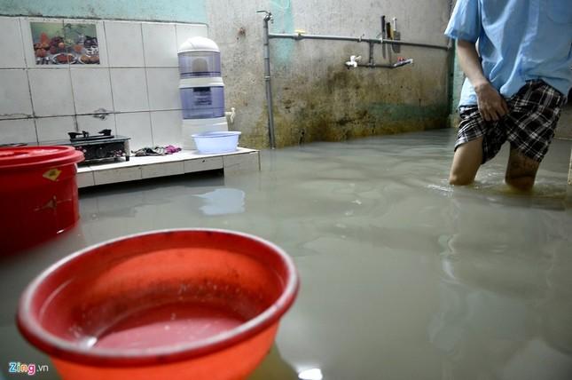 Sống chung với nước ngập cả ngày ở Sài Gòn - ảnh 3
