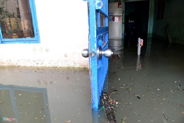 Sống chung với nước ngập cả ngày ở Sài Gòn - ảnh 4