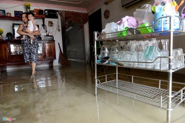 Sống chung với nước ngập cả ngày ở Sài Gòn - ảnh 5