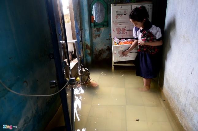 Sống chung với nước ngập cả ngày ở Sài Gòn - ảnh 7