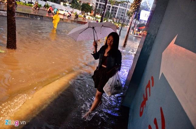 Sài Gòn mưa không lớn, đường Nguyễn Hữu Cảnh vẫn ngập nặng - ảnh 9