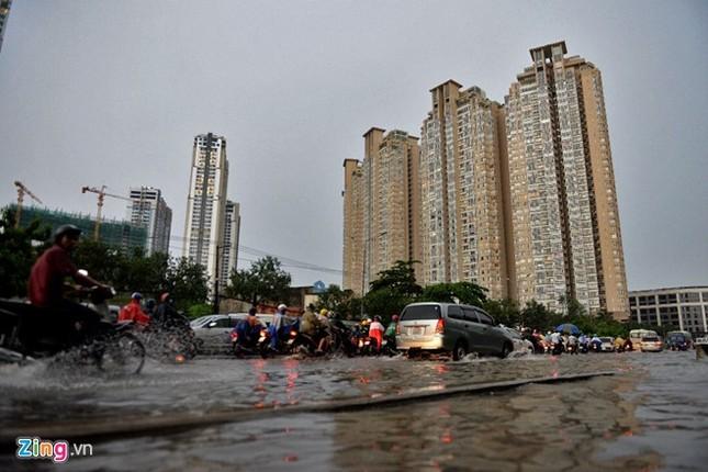 Sài Gòn mưa không lớn, đường Nguyễn Hữu Cảnh vẫn ngập nặng - ảnh 10