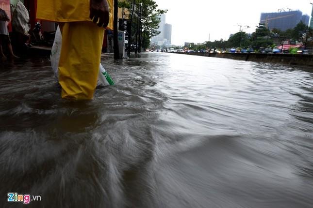 Sài Gòn mưa không lớn, đường Nguyễn Hữu Cảnh vẫn ngập nặng - ảnh 11