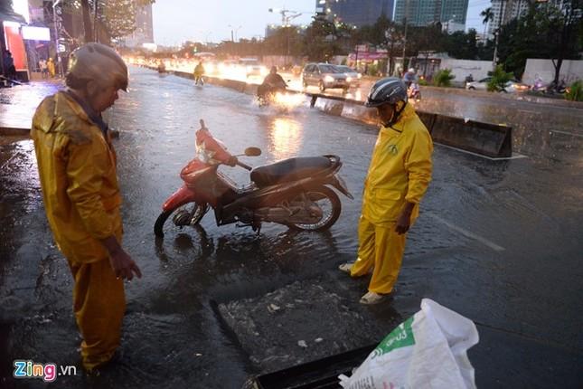 Sài Gòn mưa không lớn, đường Nguyễn Hữu Cảnh vẫn ngập nặng - ảnh 12
