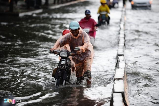 Sài Gòn mưa không lớn, đường Nguyễn Hữu Cảnh vẫn ngập nặng - ảnh 1