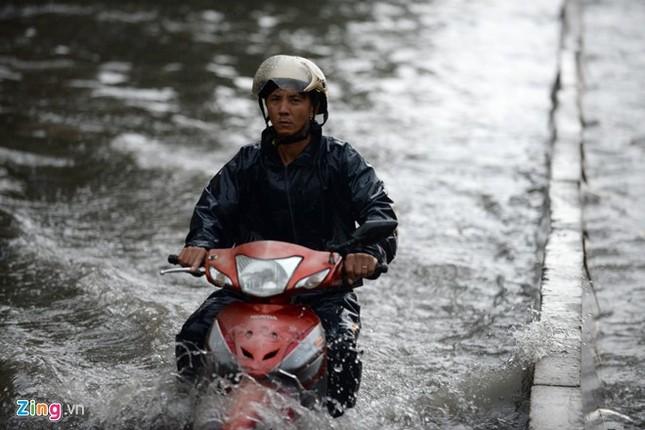 Sài Gòn mưa không lớn, đường Nguyễn Hữu Cảnh vẫn ngập nặng - ảnh 2