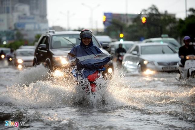 Sài Gòn mưa không lớn, đường Nguyễn Hữu Cảnh vẫn ngập nặng - ảnh 3