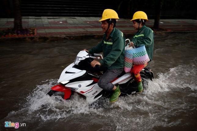 Sài Gòn mưa không lớn, đường Nguyễn Hữu Cảnh vẫn ngập nặng - ảnh 4