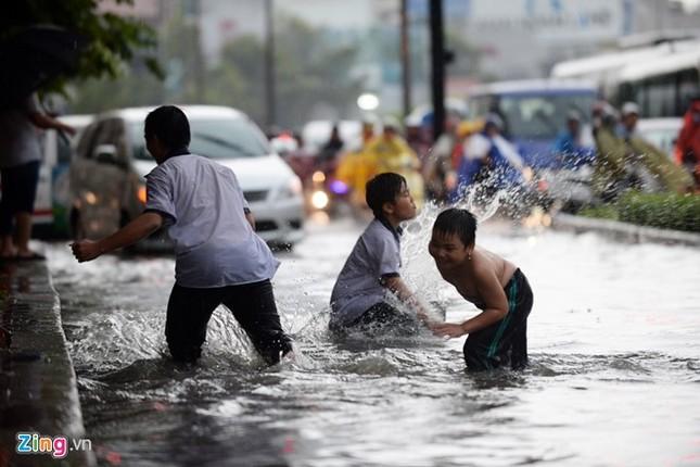 Sài Gòn mưa không lớn, đường Nguyễn Hữu Cảnh vẫn ngập nặng - ảnh 5