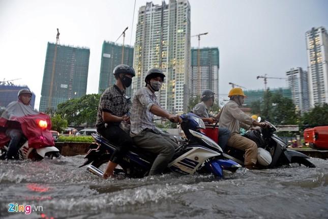 Sài Gòn mưa không lớn, đường Nguyễn Hữu Cảnh vẫn ngập nặng - ảnh 6