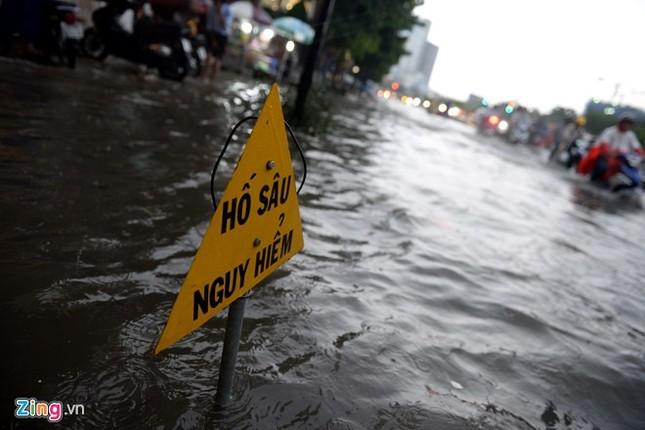 Sài Gòn mưa không lớn, đường Nguyễn Hữu Cảnh vẫn ngập nặng - ảnh 7
