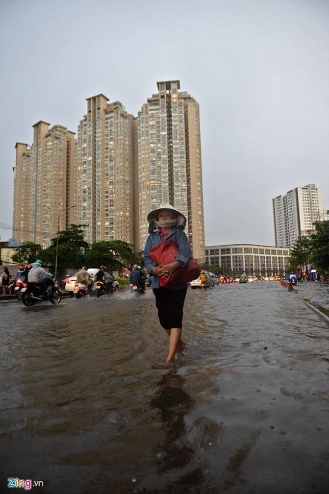 Sài Gòn mưa không lớn, đường Nguyễn Hữu Cảnh vẫn ngập nặng - ảnh 8