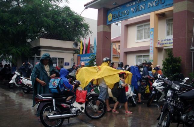 Mưa chiều tầm tã, người Sài Gòn vẫn chạy xe đàng hoàng - ảnh 1