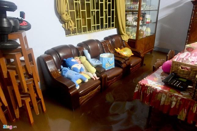 Vỡ bờ bao khi triều lên, khu dân cư ở TP.HCM ngập nặng - ảnh 1