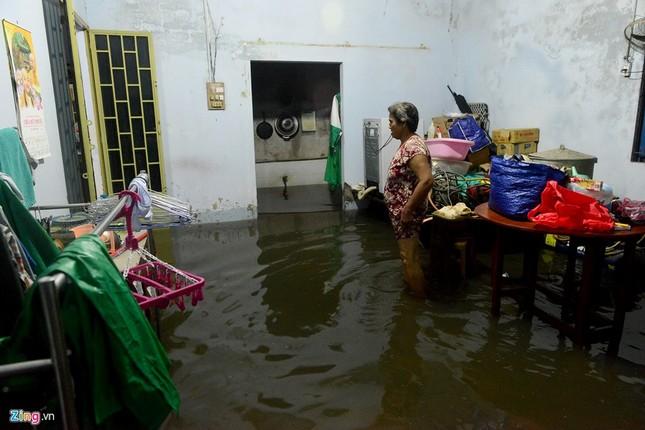 Vỡ bờ bao khi triều lên, khu dân cư ở TP.HCM ngập nặng - ảnh 2