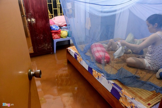 Vỡ bờ bao khi triều lên, khu dân cư ở TP.HCM ngập nặng - ảnh 3