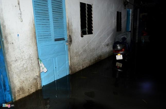 Vỡ bờ bao khi triều lên, khu dân cư ở TP.HCM ngập nặng - ảnh 5