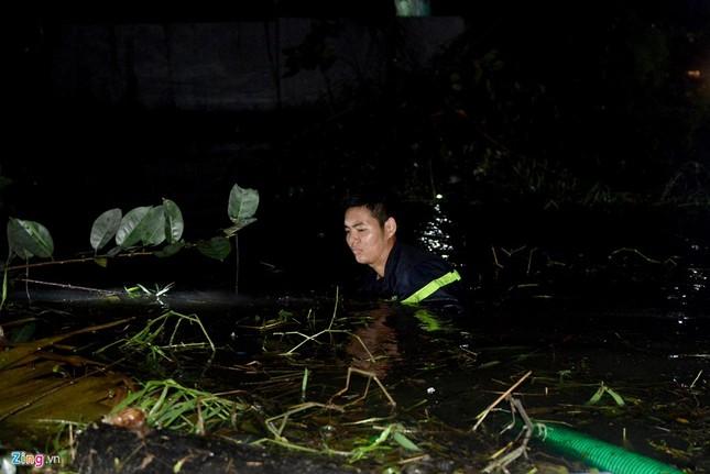Vỡ bờ bao khi triều lên, khu dân cư ở TP.HCM ngập nặng - ảnh 8
