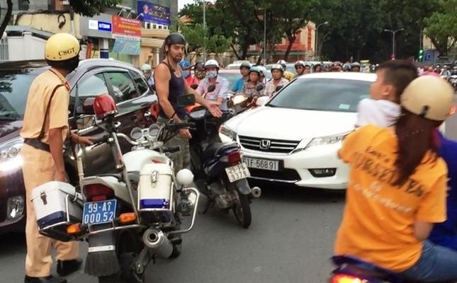 Ông Tây chặn ôtô chạy ngược chiều ở trung tâm Sài Gòn - ảnh 1