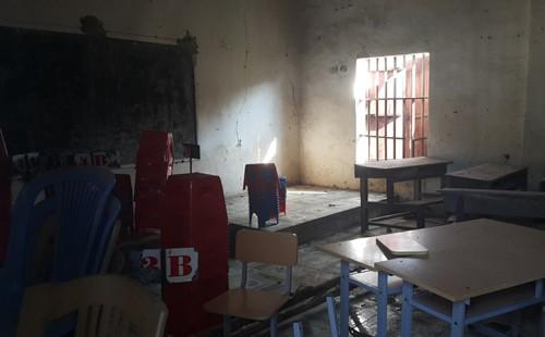 Hơn 400 học sinh, giáo viên sống chung với kho thuốc trừ sâu cũ - ảnh 1