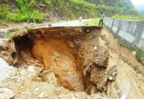 'Hố tử thần' rộng 9 m chia cắt quốc lộ 16 ở Thanh Hóa - ảnh 1