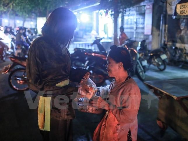 'Chú Cuội, chị Hằng' trắng đêm phát quà Trung Thu cho người vô gia cư - ảnh 11