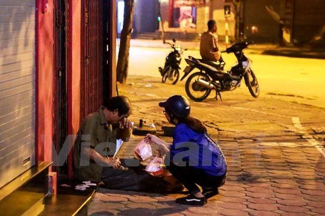'Chú Cuội, chị Hằng' trắng đêm phát quà Trung Thu cho người vô gia cư - ảnh 14