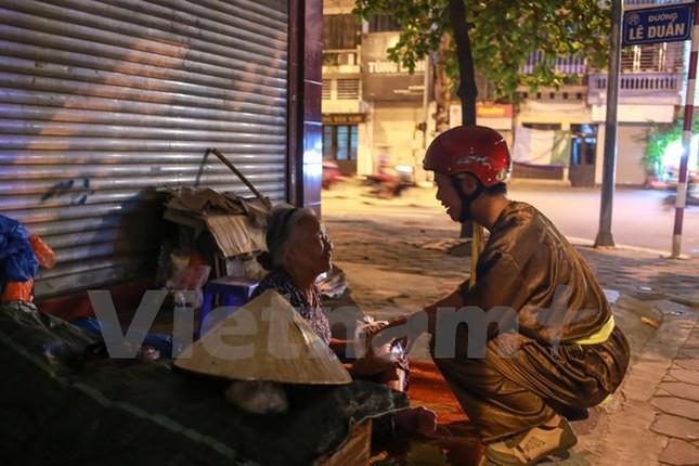 'Chú Cuội, chị Hằng' trắng đêm phát quà Trung Thu cho người vô gia cư - ảnh 4