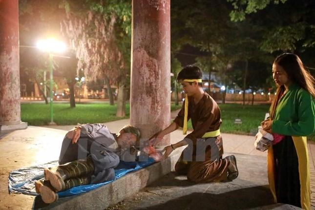 'Chú Cuội, chị Hằng' trắng đêm phát quà Trung Thu cho người vô gia cư - ảnh 6