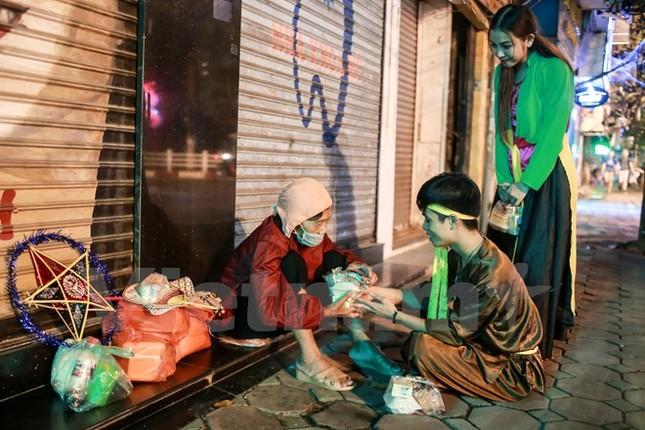 'Chú Cuội, chị Hằng' trắng đêm phát quà Trung Thu cho người vô gia cư - ảnh 8