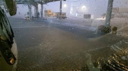 Sân bay Tân Sơn Nhất ngập nặng, hàng loạt chuyến bay không thể hạ cánh  - ảnh 1