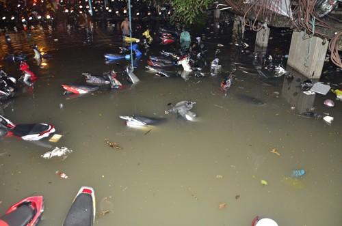 Hơn 1.000 xe máy chìm nghỉm trong nước ở Sài Gòn - ảnh 1