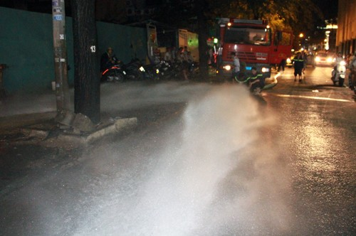 Hơn 1.000 xe máy chìm nghỉm trong nước ở Sài Gòn - ảnh 3