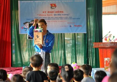 Tặng quà học sinh, ngư dân bị ảnh hưởng sự cố môi trường - ảnh 4