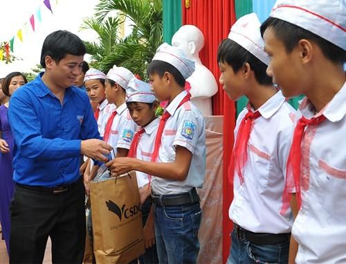 Tặng quà học sinh, ngư dân bị ảnh hưởng sự cố môi trường - ảnh 9
