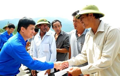 Tặng quà học sinh, ngư dân bị ảnh hưởng sự cố môi trường - ảnh 11
