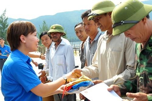 Tặng quà học sinh, ngư dân bị ảnh hưởng sự cố môi trường - ảnh 12