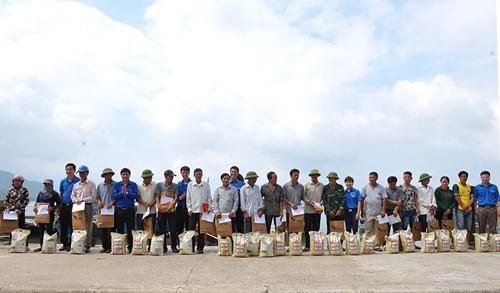 Tặng quà học sinh, ngư dân bị ảnh hưởng sự cố môi trường - ảnh 13