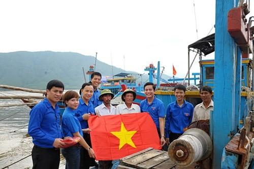 Tặng quà học sinh, ngư dân bị ảnh hưởng sự cố môi trường - ảnh 3