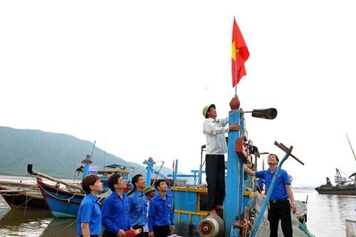 Tặng quà học sinh, ngư dân bị ảnh hưởng sự cố môi trường - ảnh 14