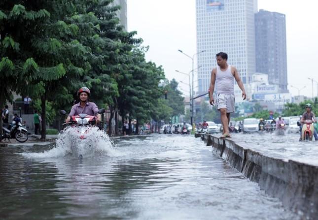 Phố Sài Gòn lại chìm trong nước sau ngày mưa tầm tã - ảnh 2