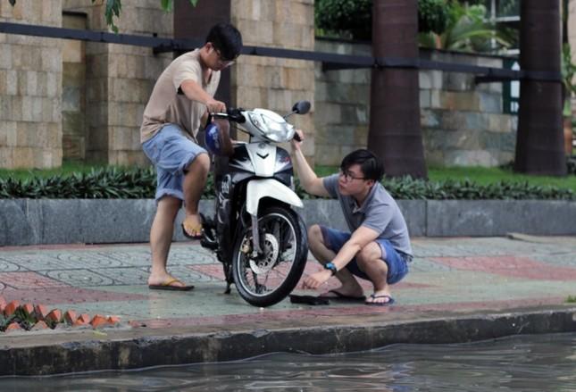 Phố Sài Gòn lại chìm trong nước sau ngày mưa tầm tã - ảnh 6