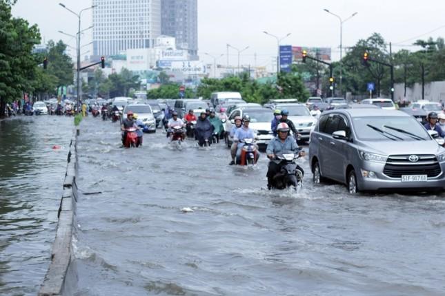 Phố Sài Gòn lại chìm trong nước sau ngày mưa tầm tã - ảnh 1