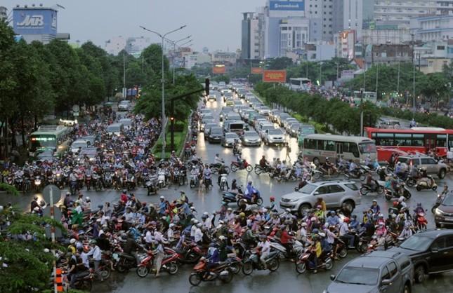 Phố Sài Gòn lại chìm trong nước sau ngày mưa tầm tã - ảnh 10
