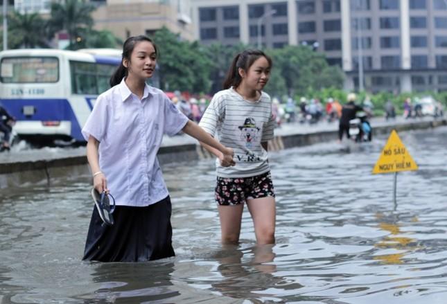 Phố Sài Gòn lại chìm trong nước sau ngày mưa tầm tã - ảnh 4