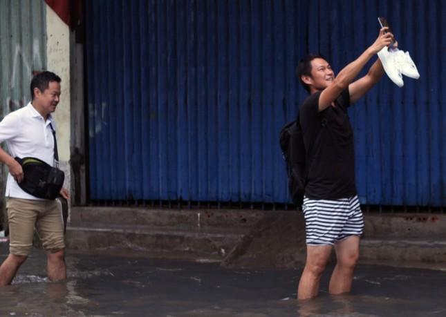 Phố Sài Gòn lại chìm trong nước sau ngày mưa tầm tã - ảnh 7