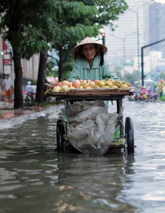 Phố Sài Gòn lại chìm trong nước sau ngày mưa tầm tã - ảnh 8
